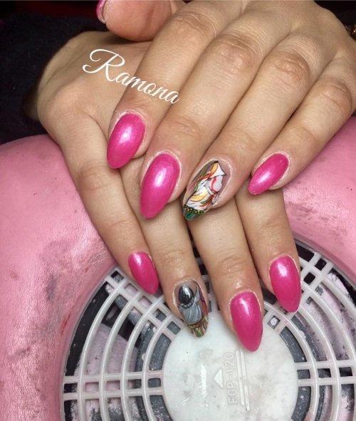 Manicure  rosa con due unghie diverse