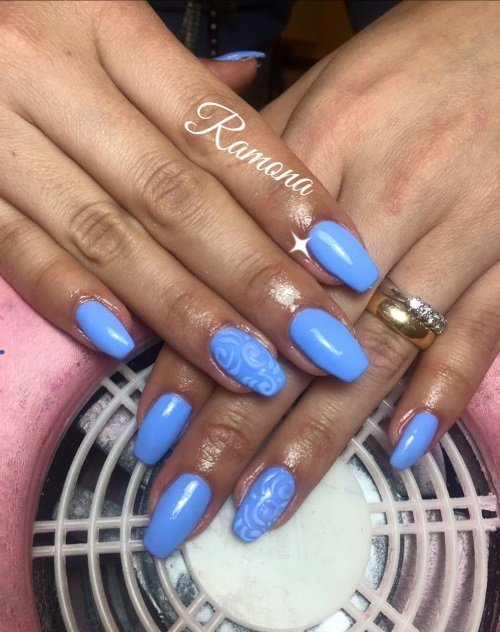 Unghie azzurre con design in rilievo