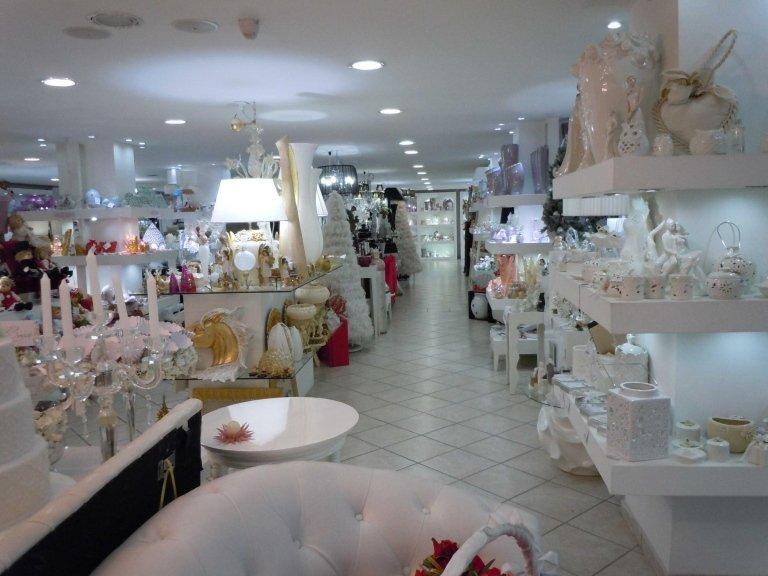 interno di un negozio con oggetti da casa-vista frontale