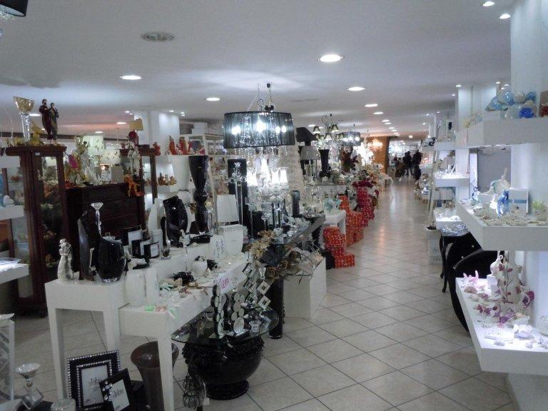 interno di un negozio con oggetti da casa