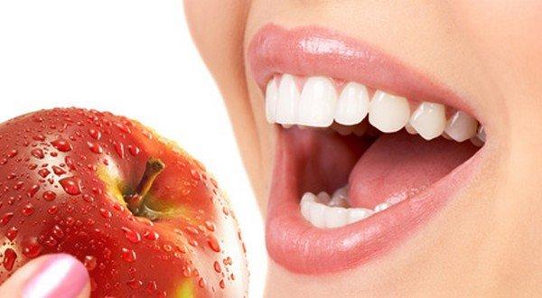 eating an apple healthy teeth