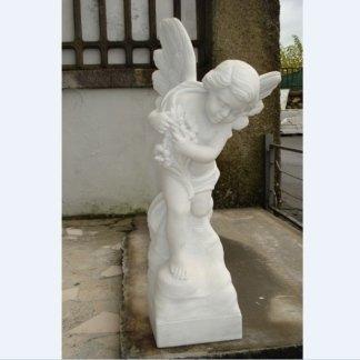 scultura in marmo di un angioletto