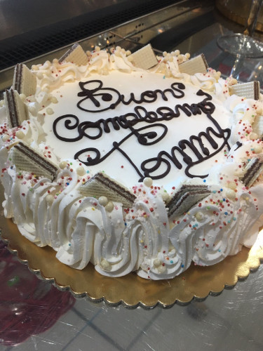 una torta di compleanno con panna e wafer