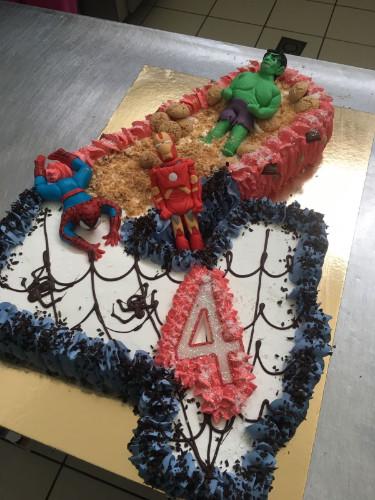 una torta d compleanno con i personaggi della Marvel Spiderman e Hulk