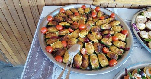 piatto con zucchine ripiene e pomodorini