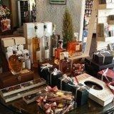 delle bottiglie e delle confezioni regalo