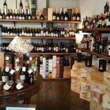delle casse di legno e delle bottiglie in esposizione