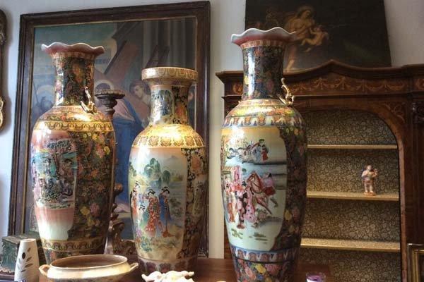 Tre vasi vecchi di porcellana di diversa dimensione