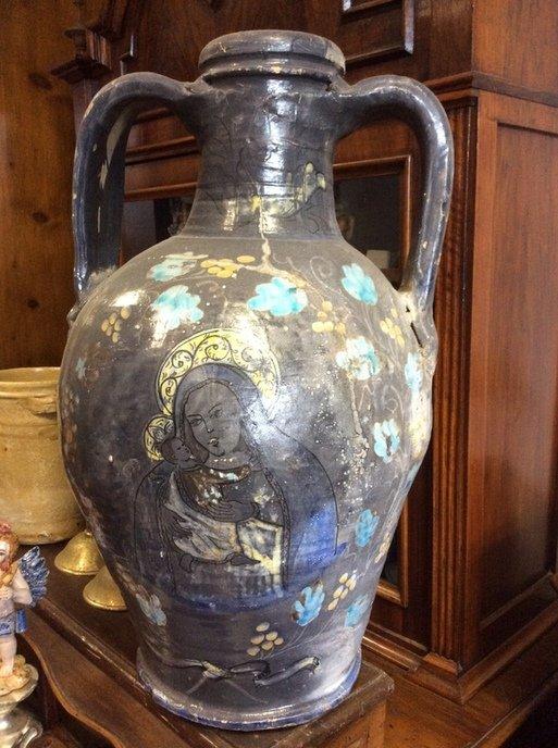 vaso molto antico con l'immagine di una vergine in vidri