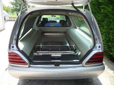 Carro funebre aperto mostrando il interno