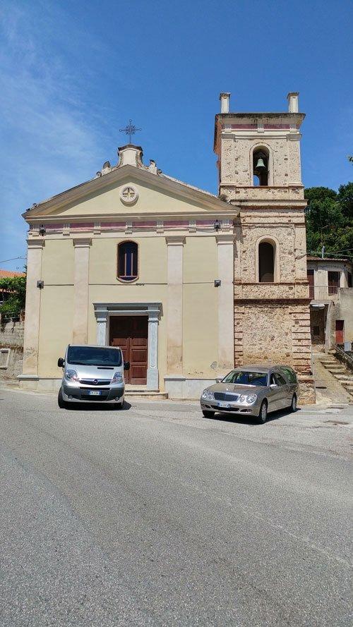 Le due macchine davanti la chiesa