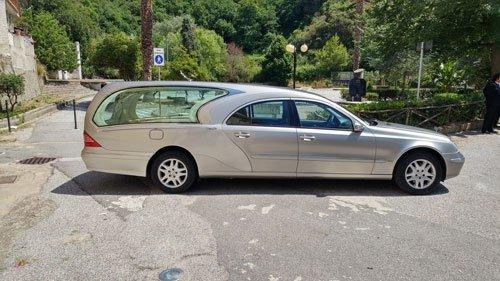 Auto funebre di lusso colore grigio metallizzato