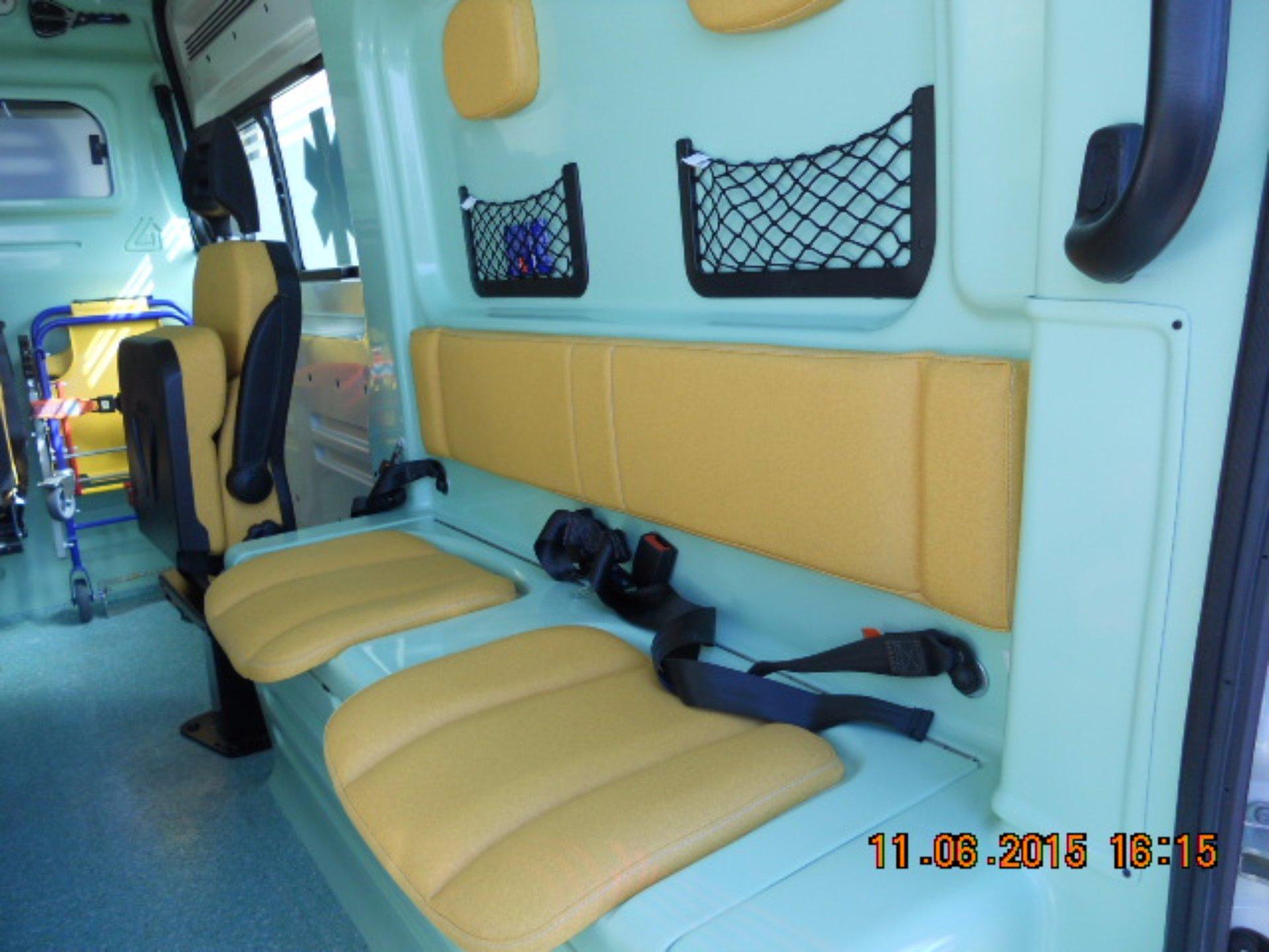 Interno dell'ambulanza  attrezzata per il trasferimento dei malati e familiari