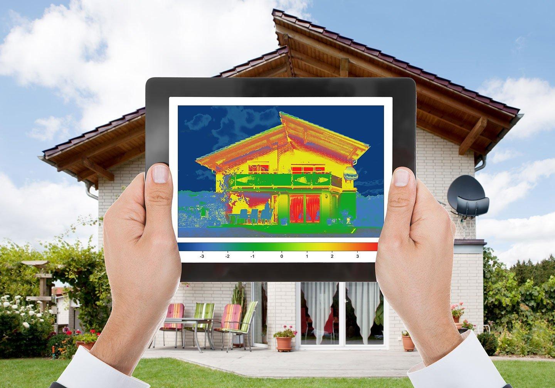 mani che tengono in mano un tablet che visualizza l'isolamento termico