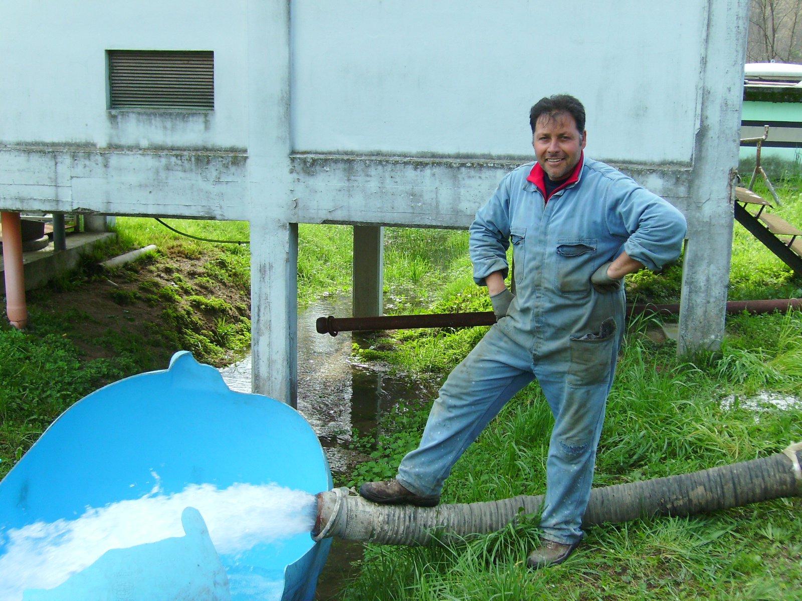 operaio controlla un getto d'acqua