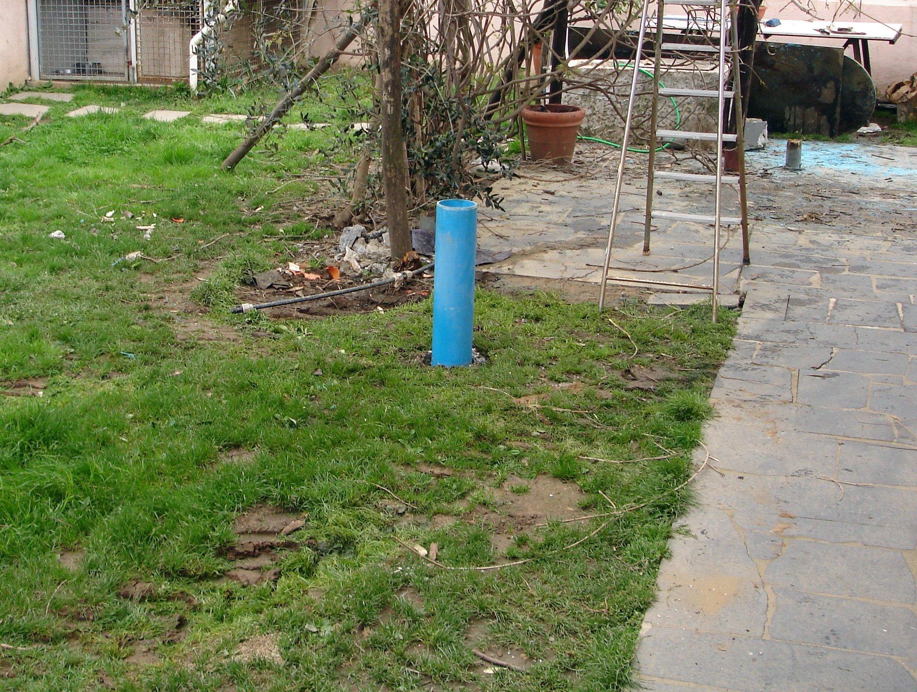 tubo azzurro che fuoriesce dal terreno