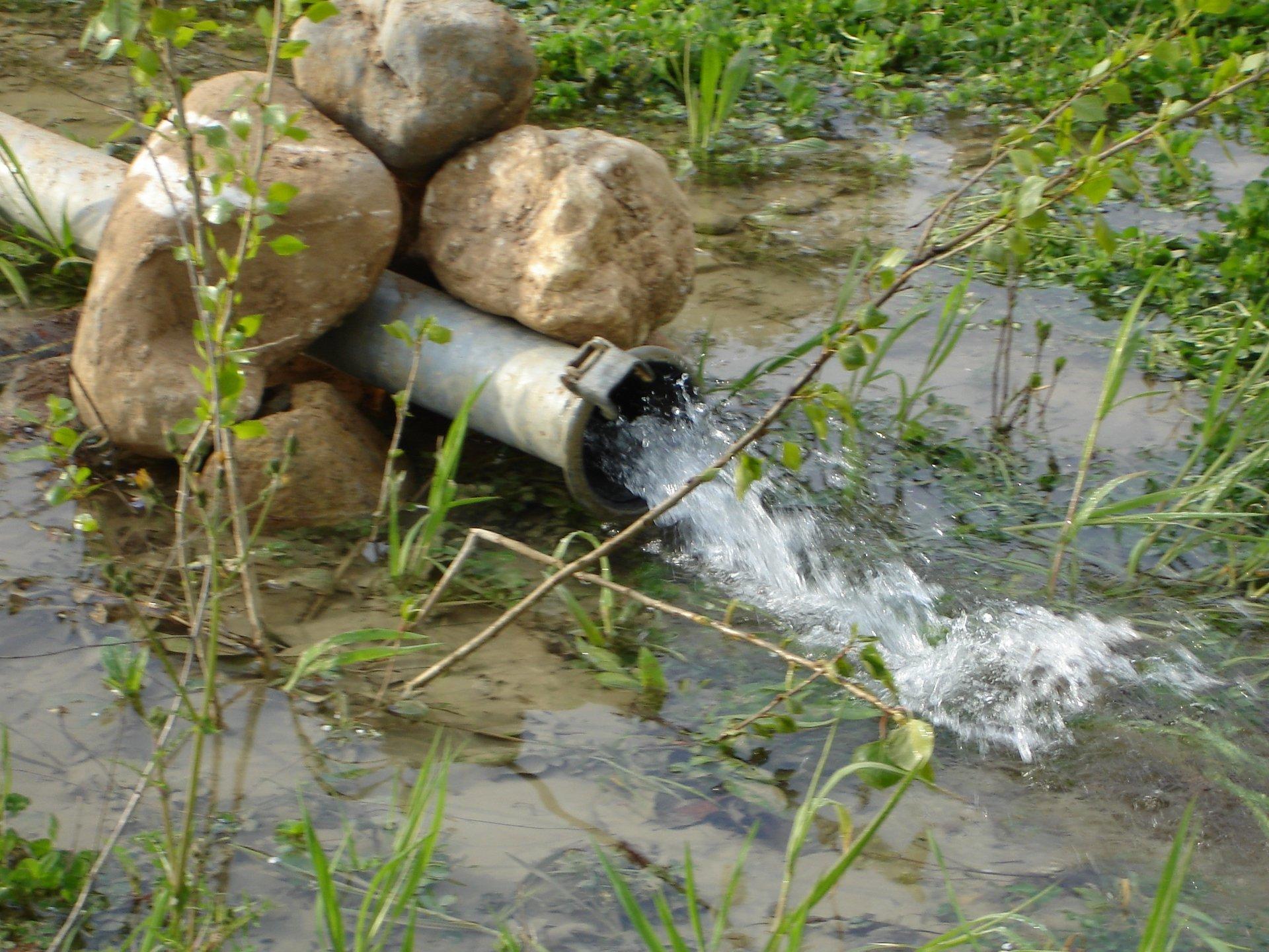getto d'acqua da tubi in un campo