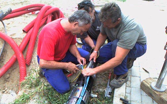 operai con pompa a immersione