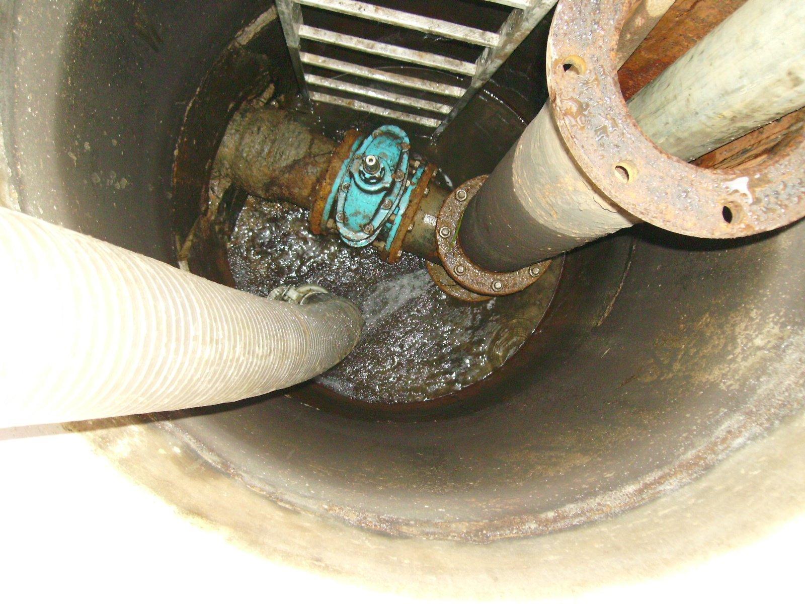 acqua fuoriesce da rottura sotto flangia