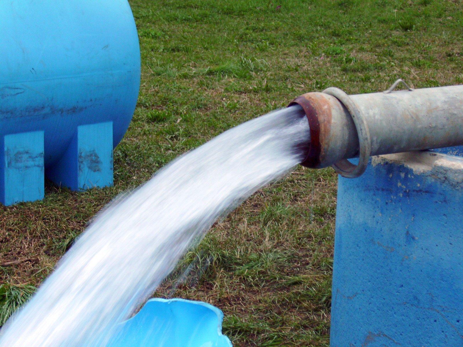 flusso d'acqua pulita che esce da un tubo