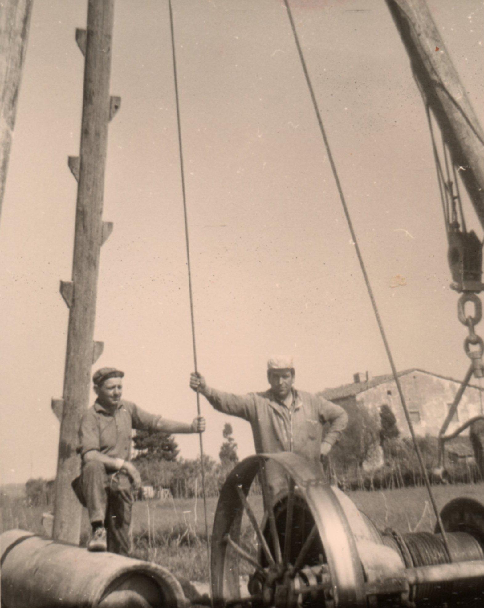 vecchia foto di operai che realizzano un pozzo