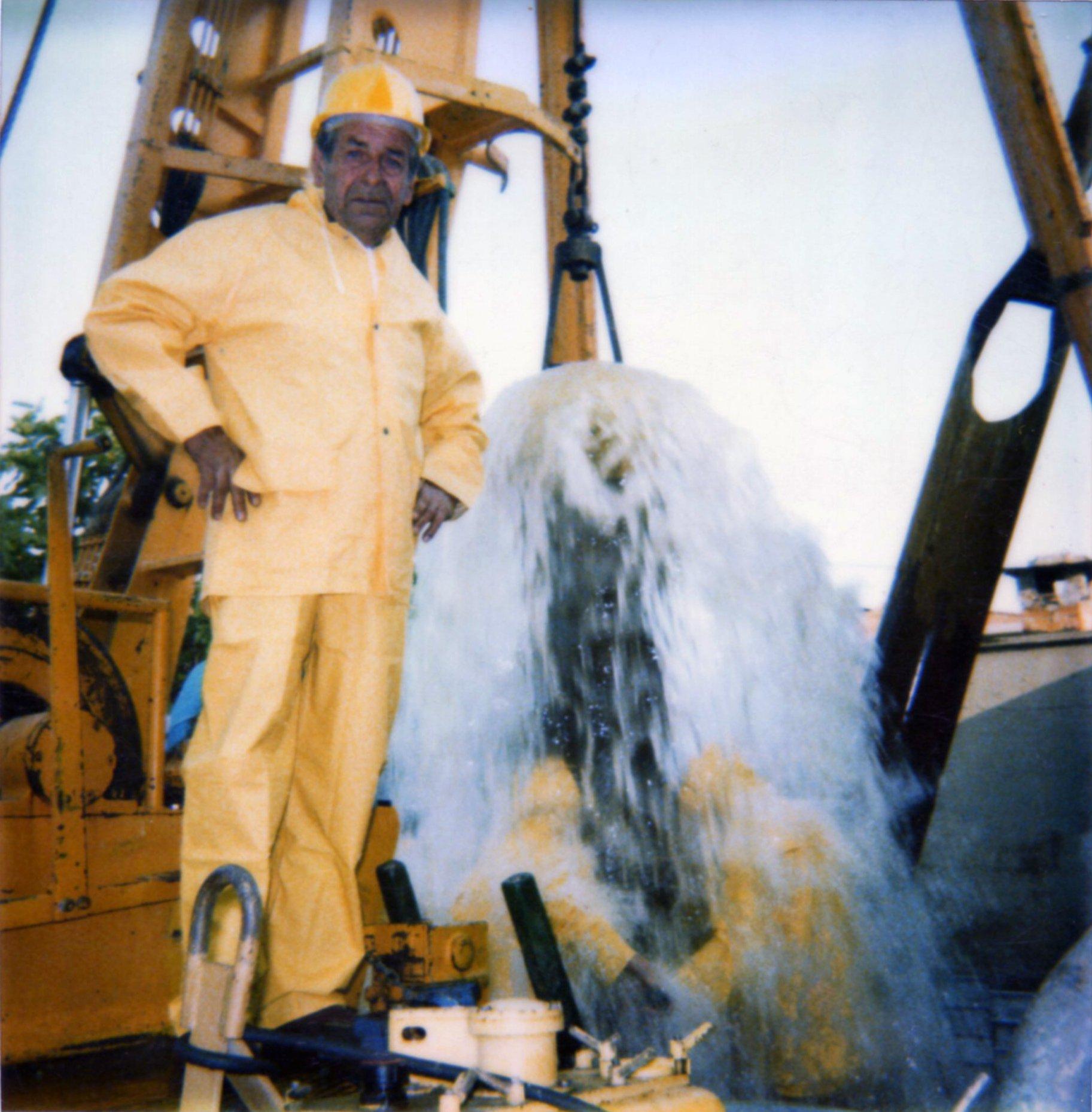 uomo anziano vicino getto d'acqua ad alta pressione