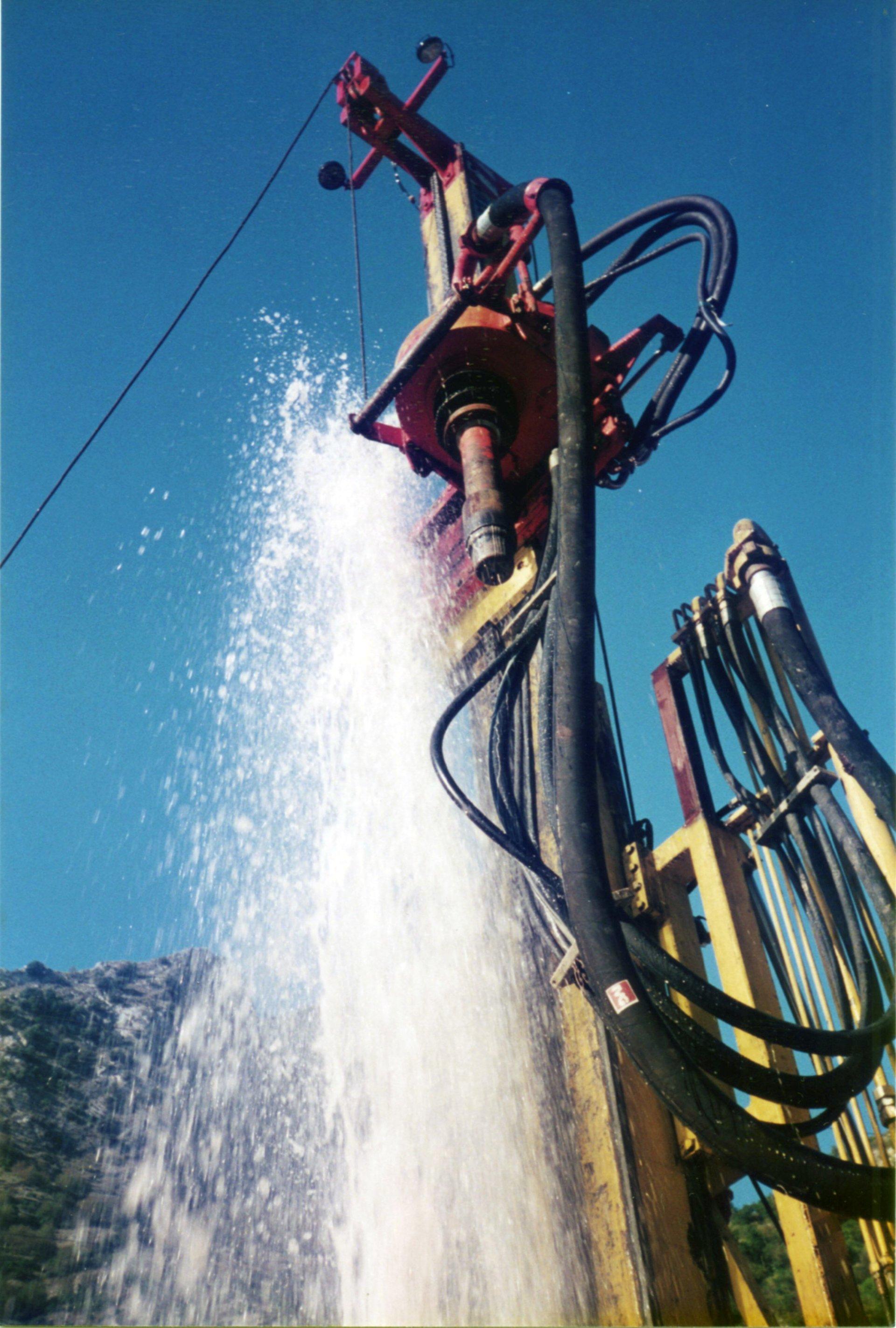 getto d'acqua ad alta pressione da un pozzo