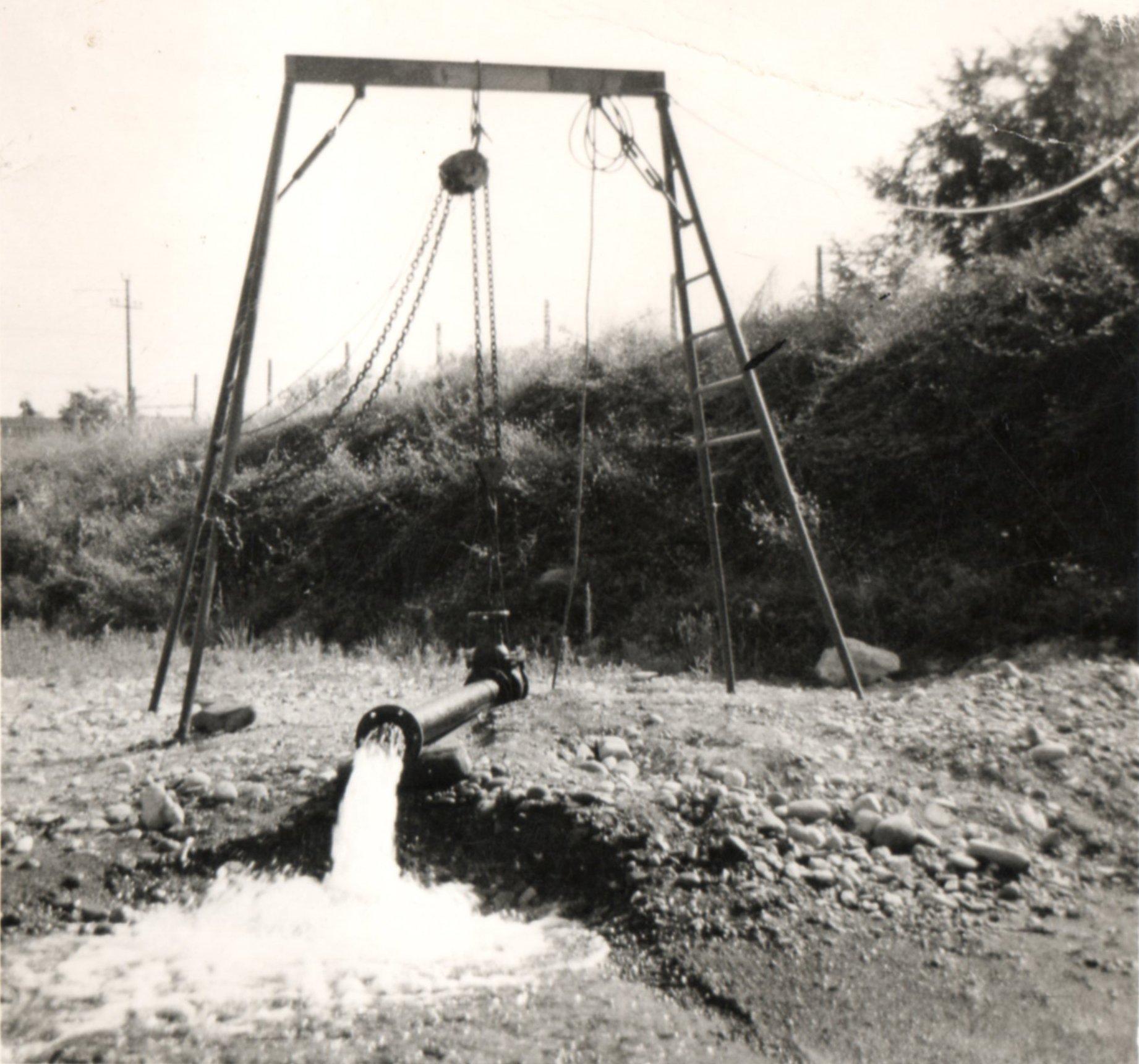 foto in bianco e nero della realizzazione di un pozzo