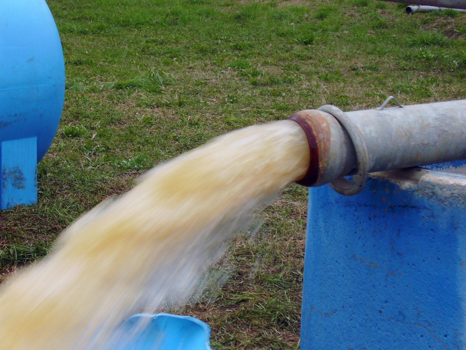 flusso d'acqua sporca che esce da un tubo