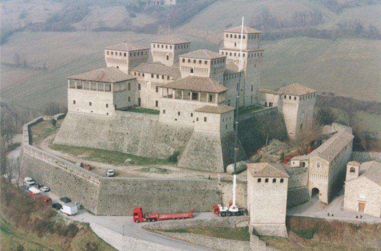 posa vasca antincendio castello di torrecchiara anni 90