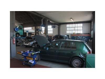 riparazione di un'auto verde