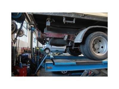 camion su una piattaforma