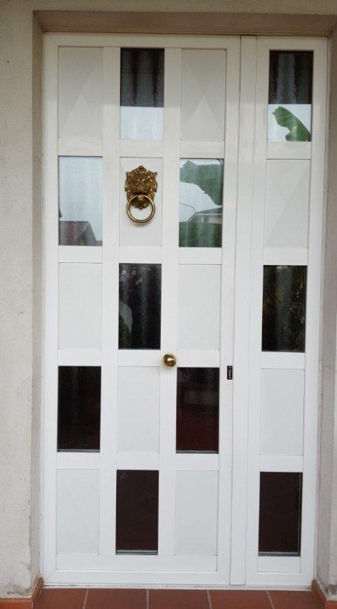 porta esterna con inserti in legno