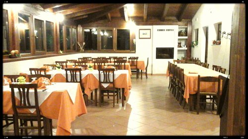 tavoli apparecchiati all'interno del ristorante