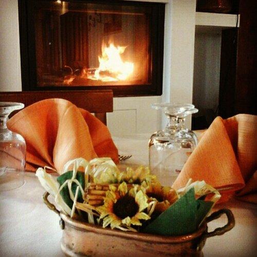 cesto di paglia con girasoli appoggiato sul tavolo