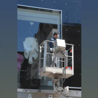 pulizia vetrate di negozi