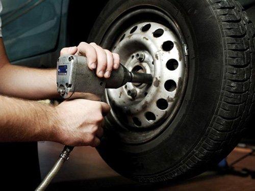Avvitamento bulloni di un pneumatico