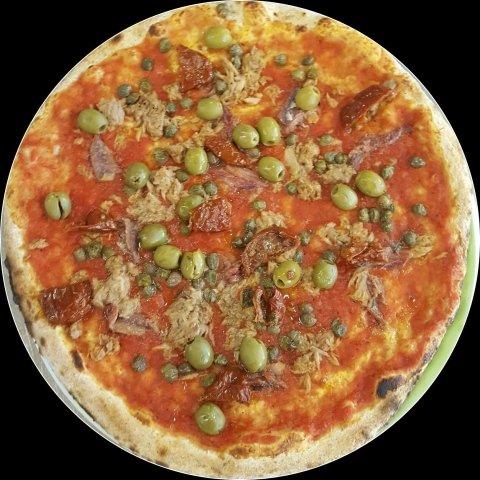 pizza con tonno, olive, capperi e pomodori secchi