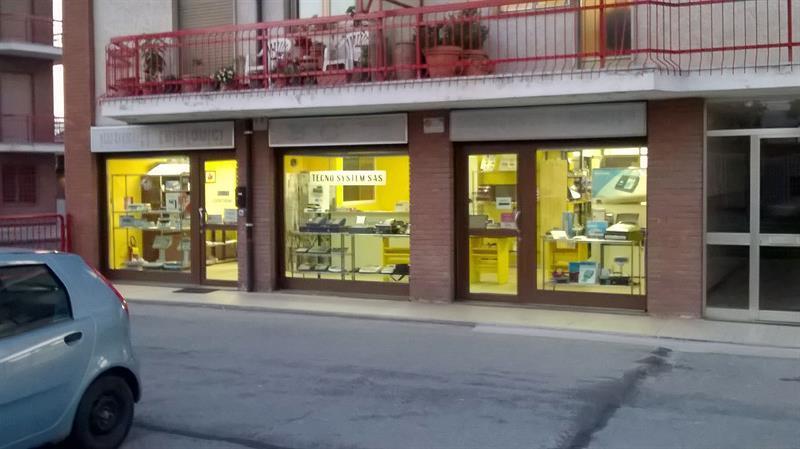 interno del negozio con sulla sinistra un bancone e dei registratori di cassa esposti
