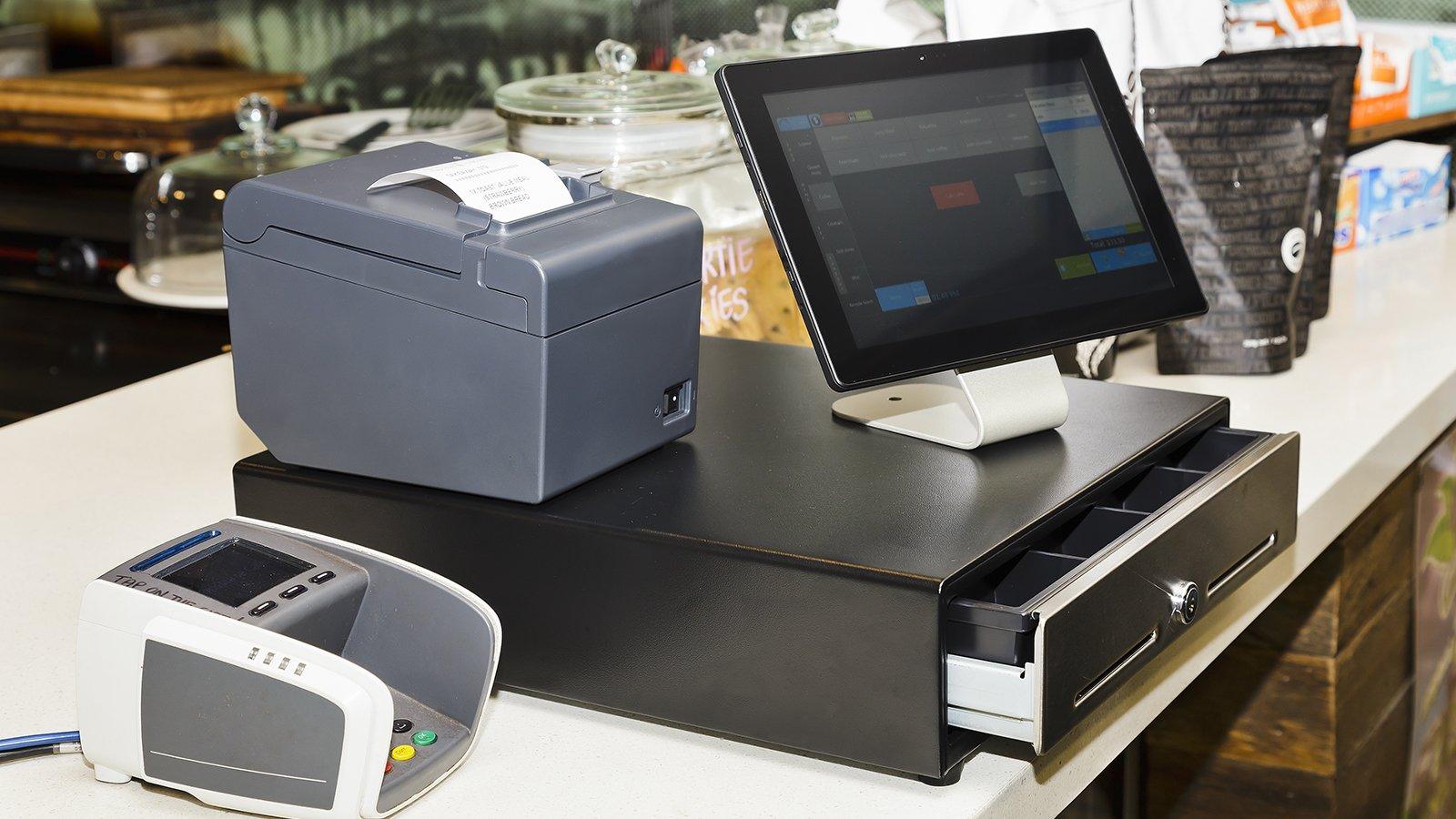 Un registratore di cassa elettronico con pos e macchinetta per scontrini