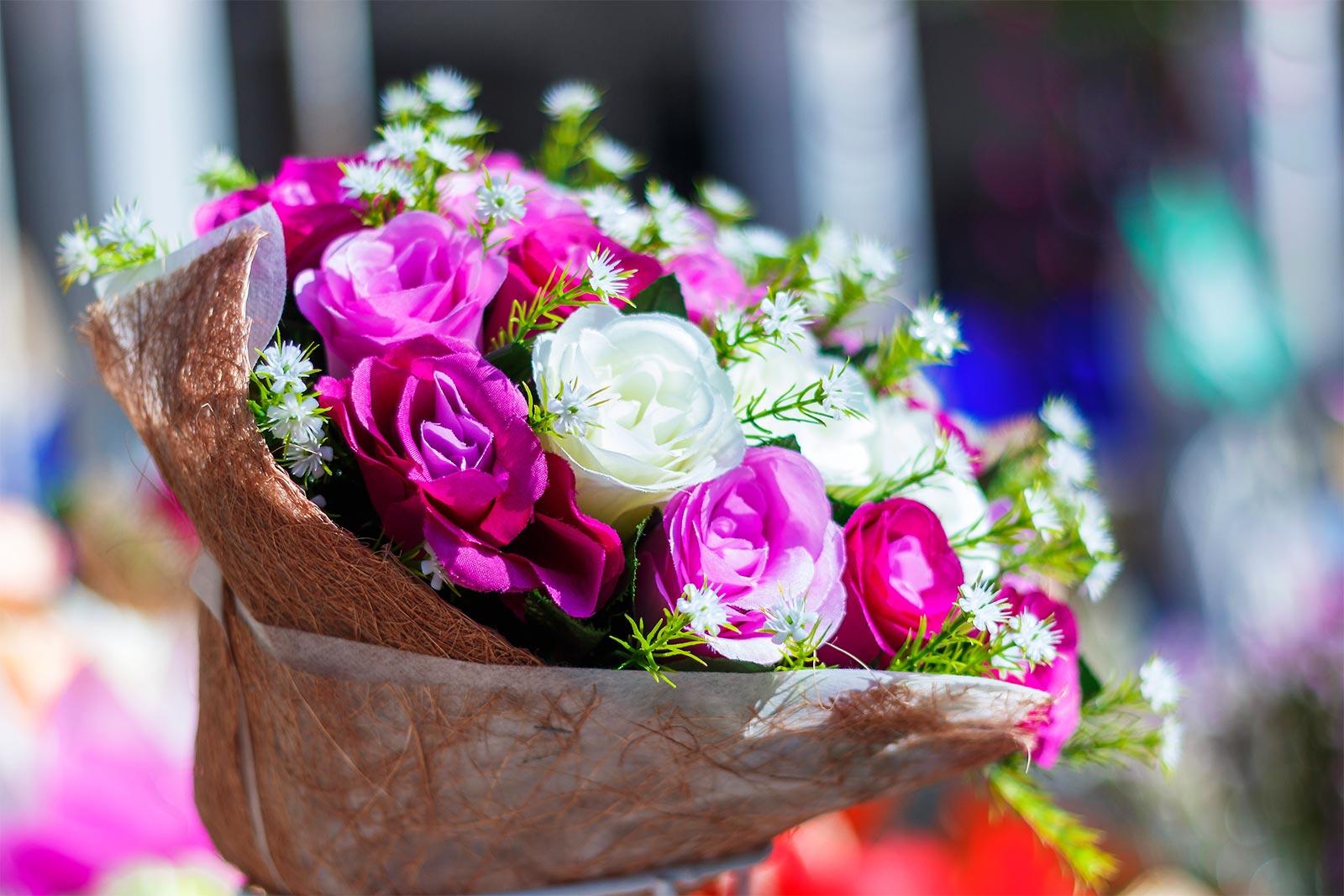 mazzo di fiori personalizzato dentro un vaso in paglia