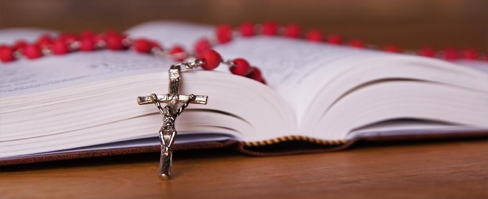 Corona del Rosario sopra un libro