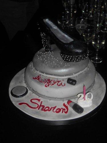 torta per Sharon con rappresentazione di un tacco in cima