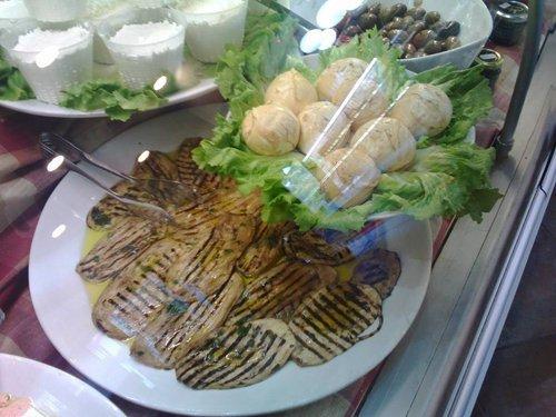 piatti di gastronomia nel banco frigo