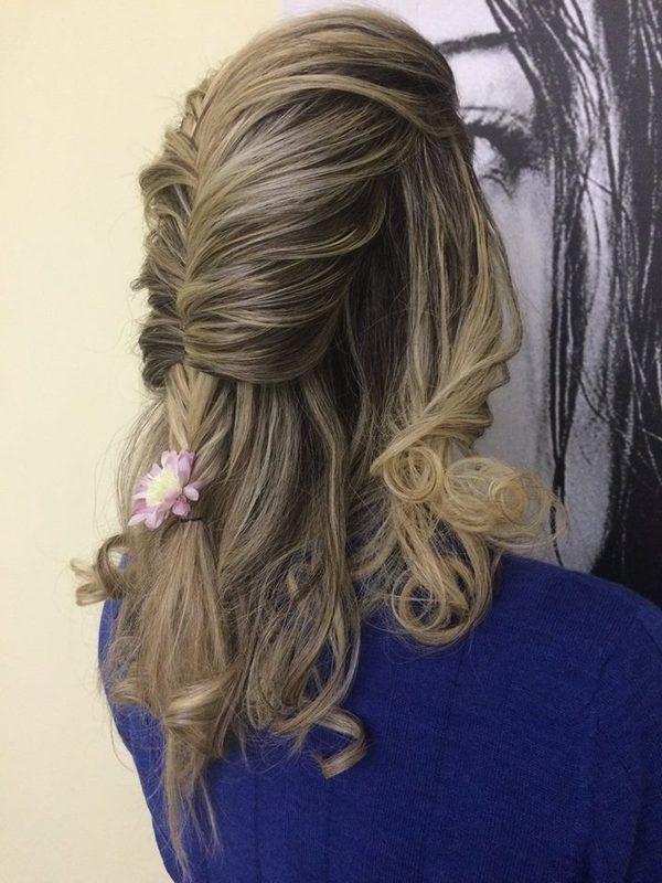 acconciatura capelli con spilla a fiore