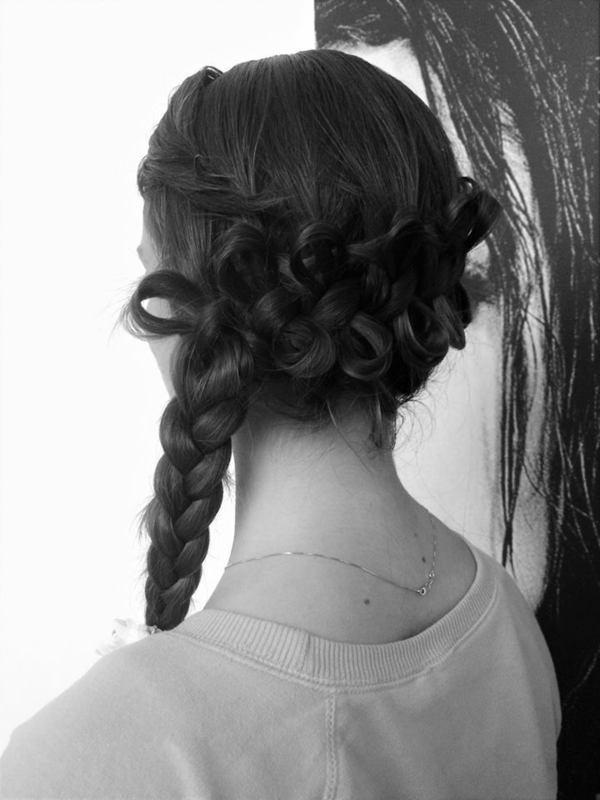 foto in bianco e nero di una modella con treccia