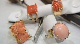 Manufatti a mano  in oro 18 Kt con corallo e diamanti