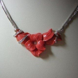 Incisione in corallo rosa giapponese con lavorazzione in oro bianco e diamanti