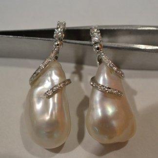 Orecchini con perle australiane con montatura elicoidale in oro bianco e diamanti