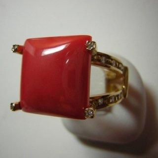 Anello in oro giallo con corallo rosso mediterraneo e diamanti